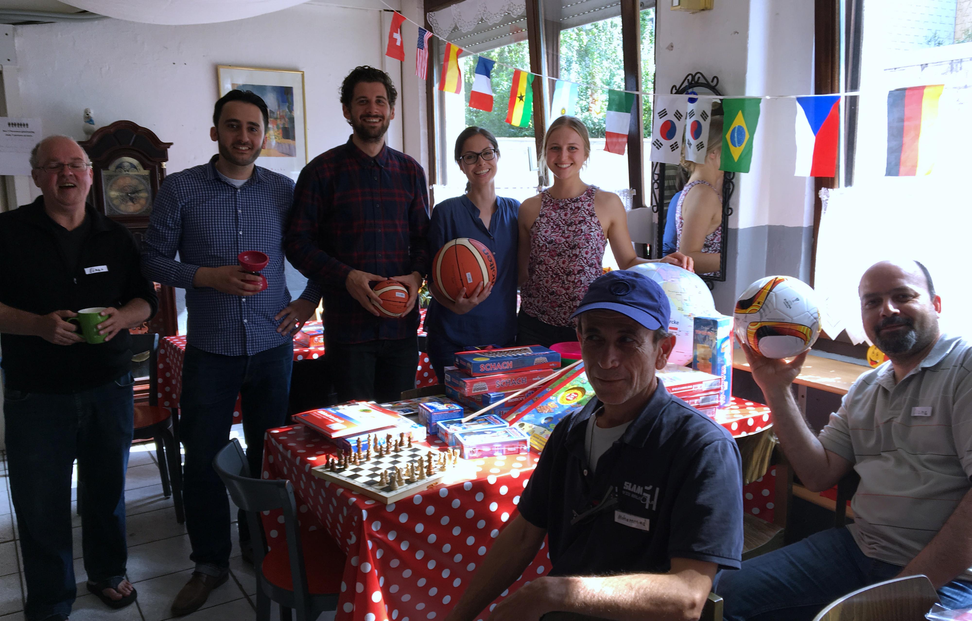 Studierende des Masters Politikmanagement übergeben die Spenden an die ehrenamtlichen Helferinnen und Helfer der Flüchtlingshilfe Duisburg-Neudorf